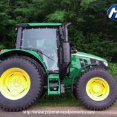 Tracteur JD 6M New 2020 équipé d'un panneau polycarbonate droit anti-abrasion teinté vert.